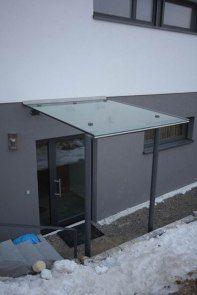 Glasvordach mit Stahlunterbau und Punkthalter