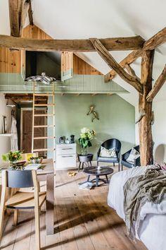 B&B Onder de Noot: op stok in de kippenschuur B & B, Weekender, Room Of One's Own, Green Bedding, Compact Living, Garden Living, Beautiful Places In The World, Cabins In The Woods, House Rooms
