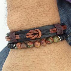 Combo 2 pulseiras masculinas sendo  - 1 Pulseira masculina de couro natural na cor preto com detalhes em couro indiano e cordão encerado trabalhado artesanalmente e fechamento magnético. Fazemos personalizado na medida do seu punho.  - 1 pulseira de pedras naturais onix e jaspe picasso 6 mm    > ...