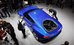背面の透明なエンジンカバーは、選択されたエンジン駆動モードに応じてオン3六角形のガラスから構成されている。