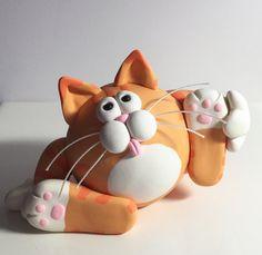 Este gato necesita un poco de ayuda con su baño. Huy, él no se parece levantarse esa pierna! Debe ser un gatito de ocio. Hecho de arcilla polimérica, todo a mano. Todo el mundo tiene una risita de este chico!  tamaño aprox. * 2 1/2 alto 3 3/4 a través de 2 1/2 delante-detrás