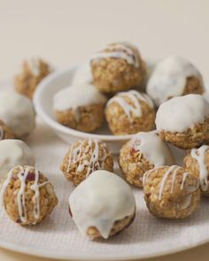 Oats + peanut butter + dried fruit and seeds + white chocolate = the best ever no bake treats😍 Tea Time Snacks, Fun Baking Recipes, Dessert Recipes, Cooking Recipes, Chocolate Blanco, White Chocolate, Tasty, Yummy Food, Good Food