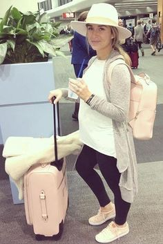 Jessie James Decker wearing Cole Haan Margo Sneakers, Henri Bendel West Travel Backpack, Henri Bendel West 360 Wheelie Suitcase, Out From Under Cozy Penelope Cardigan Hoodie and Lack of Color Fader Hat Jessie James Decker Pregnant, Eric And Jessie Decker, Jesse James Decker, Eric Decker, Pregnacy Looks, Travel Outfit Summer, Summer Outfits, Casual Outfits, Summer Maternity Fashion