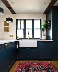 Navy Kitchen with a Stunning Built-in – Semihandmade Old Kitchen Tables, Kitchen Dining, Kitchen Decor, Navy Kitchen Cabinets, Zona Colonial, Kitchen Colors, Kitchen Interior, Cool Kitchens, Kitchen Remodel