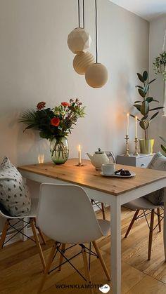 Welche die perfekte Wandfarbe für die Küche ist, lässt sich nicht pauschal beantworten. In diesem Beitrag findest Du aber eine Wandfarbe, die modern und zeitlos zugleich ist und mit der Du viele Jahre zufrieden sein wirst. Dining Room, Dining Table, Beautiful Interiors, Chair, Furniture, Tricks, Modern, Kitchens, Home Decor