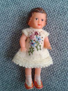 Geborduurd jurkje voor 8 cm pop