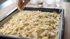 Ein Rezept für einen Apfel-Streuselkuchen vom Blech - geht schnell, schmeckt saftig und buttrig und lässt sich prima zu jedem Sportfest oder Kindergeburtstag mitbringen