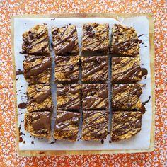 pumpkin choc oat bars - my lovely little lunch box Baby Food Recipes, Baking Recipes, Snack Recipes, Snacks, Healthy Halloween Treats, Healthy Treats, Bellini Recipe, Little Lunch, Oat Bars