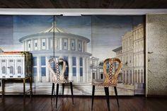 Casa Fornasetti : vivre d'art et d'humour.    Le décor peint avec des effets de trompe l'œil, pourrait être celui d'une pièce de la commedia dell'arte.