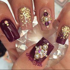 Unhas decoradas com cristais Swarovski e pedrarias. Um luxo !