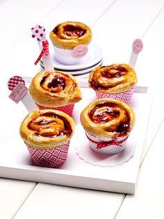 Kirsch-Rosen-Gebäck - Kleine süße Muffins aus Hefeteig mit einer fruchtigen Füllung aus Kirschen und Pudding