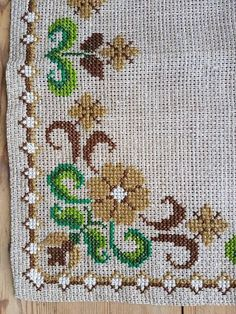 Beautiful floral cross stitch embroidered tablecloth/doily in mint condition. Spotless. The size is: 15 3/4/2 x 15 3/4 The material is linen, cottonthread Iallso offer combined shipping and refund if the shipping cost is overpaid. Contact me if you have questions Thank you for visit my