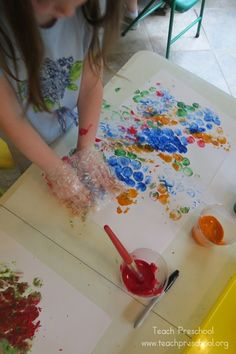 Printing with Bubble Mitts by Teach Preschool. Make mitts by cutting a rectangle out of bubble wrap, folding and stapling (or taping) sides together. Toddler Art, Toddler Crafts, Crafts For Kids, Kindergarten Art, Preschool Crafts, Toddler Activities, Preschool Activities, Teach Preschool, Painting Activities