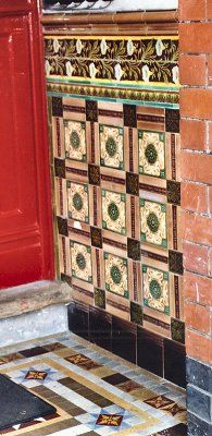 Terrific Absolutely Free victorian Fireplace Tile Thoughts The time for those exposed bricks framing your fireplace, using their pocked faces and rustic finish Victorian Hallway Tiles, Victorian Fireplace Tiles, Victorian Front Doors, Victorian Porch, Tiled Hallway, Edwardian House, Victorian Bathroom, Azulejos Art Nouveau, Art Nouveau Tiles