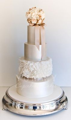 Flowers and metallic shades go well in this stunning wedding cake #glam #wedding #weddingcake #cake #metallic #floral