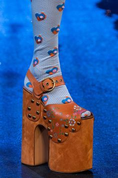 Marc Jacobs at New York Fashion Week Spring 2017 - Details Runway Photos Dolly Fashion, Weird Fashion, 70s Fashion, New York Fashion, 70s Glam, Conceptual Fashion, Marc Jacobs Shoes, Devil Wears Prada, Ugly Shoes