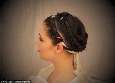 """Depois da queda do Império Romano, muita coisa se perdeu ou foi esquecida. Uma delas é os penteados das vestais, jovens romanas escolhidas na infância para o celibato. Baseando-se em várias estátuas que representavam bustos de vestais, a arqueóloga amadora e cabeleireira Janet Stephens, de Baltimore (EUA), acredita ter conseguido recriar o penteado único. Conhecido como """"sine crenes"""", ou """"sem entalhes"""", o penteado simbolizava a castidade, e conhecido em textos antigos como  mais antigo de…"""