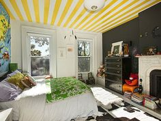 A striped ceiling enlivens a kid's bedroom (from Jenna Lyons' old Brooklyn townhome, via Casa Sugar). Maintaining a (mostly) neutral color scheme in the rest of the room keeps things from getting too crazy. Striped Ceiling, Yellow Ceiling, Interior Exterior, Interior Design, Design Design, Black Accent Walls, Jenna Lyons, Kids Room Design, Small Bedrooms