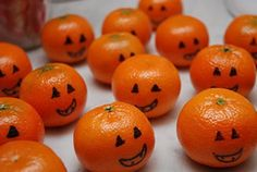 Clementine Pumpkins - use a Sharpie to make a face on clementines as a Halloween party snack idea. Love this healthy snack idea for Halloween! Humour Halloween, Soirée Halloween, Holidays Halloween, Halloween Decorations, Halloween Pumpkins, Halloween Clothes, Halloween Parties, Halloween Dishes, Easy Decorations