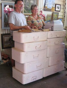Stacks of vintage suitcases repurposed into retail store check out counter top. Craft Fair Displays, Market Displays, Display Ideas, Booth Ideas, Vintage Suitcases, Vintage Luggage, Shabby Chic Stil, Craft Show Ideas, A Boutique
