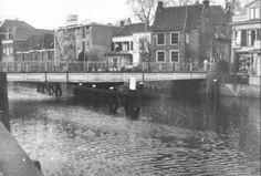 Diezerpoortenbrug als draaibrug tot 1939. Gezien vanaf de Kerkstraat in de binnenstad.