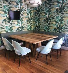 Vierkante eettafel Brut van De Betoverde Zolder. Prachtige combinatie met de op maat gemaakte hoekbank, stoelen en behang!