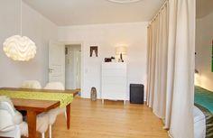 Kombineret stue og spisestue. Det ene af to værelser i 63 kvm stor lejlighed i Aarhus C.   Se mere på www.lejlighediaarhus.dk