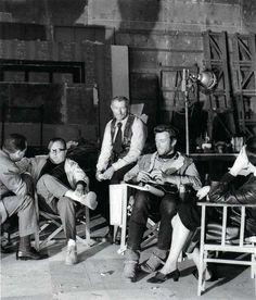"""Sergio Leone, Lee Van Cleef y Clint Eastwood en el rodaje de """"Por un puñado de dólares""""..."""