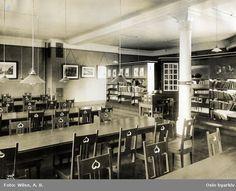 Lesesalen på Deichmanske hovedbibliotek. Stoler og langbord. Taklamper. Bokreoler. Bilde brukt i kommuneberetningen fra 1887 - 1911.