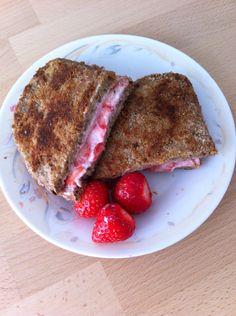 Verloren brood met roomkaas, aardbeien & kaneel