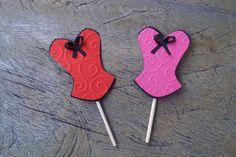 Topper para doces, cupcakes ou salgados feitos com técnicas de scrap, com colagem de camadas de papéis de alta gramatura.   Toda a linha personalizada em scrapbook corpetinhos Amor no Papel você encontra em http://www.elo7.com.br/cha-de-lingerie/al/47B93
