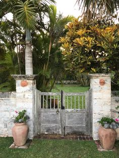 A little over a week ago, I had the pleasure of spending a beautiful, glamorous weekend on the gorgeous island of Bermuda. Fencing Companies, Design Blog, Design Art, Diy Fence, White Fence, Fence Design, Interiores Design, Curb Appeal, Jet Set