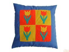 Capa de almofada em sarja azul claro com quadrado de tulipas (pathwork) em malhas diversas. 45 x 45 cm - Frente