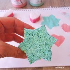 Σχεδιάστε και κόψτε ένα παλιό σφουγγάρι σε διάφορα σχήματα. Βουτήξτε σε νερομπογιές ή ακρυλικά χρώματα ή χρώματα ειδικά για ύφασμα και έχετε έτοιμες σφραγίδες, για να ομορφύνετε την επιφάνεια που θέλετε.