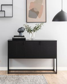 Schwarz und schlicht: Das Sideboard NEWTON ist etwas für echte Trendsetter. Gefertigt aus Stahl in der Farbe Schwarz wirkt dieses Sideboard kühl und klar. Perfekt, für ein modern eingerichtetes Zuhause, bei dem Design großgeschrieben wird. Mit einer Größe von etwa 120 x 80 x 40 cm bietet das Sideboard hinter drei Drehtüren auf zwei Einlegeböden viel Platz – etwa für die Weingläser oder Geschirr. Dabei ist das Sideboard mit etwa 30 kg belastbar. Cabinet, Storage, Modern, Furniture, Design, Home Decor, Tablewares, Ad Home, Colors