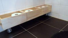 Je kent ze wel, de standdaard toiletrolhouders om meerdere rollen op voorraad te houden.  Dat kan ook anders: Koop cd bakjes van onbewerkt hout bij Xenos. Zet er 2 wieltjes onder en plak het geheel tegen de tegeltjes op de muur met montagekit. Leuk om een voorraad wc-rollen in te leggen. Wil je graag meer inspiratie opdoen voor jouw interieur? Lees dan de artikelen op: www.mixinstijl.nl/blog