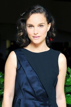 Red carpet hair style. Glamorous old hollywood curls - Natalie Portman. Celebrity hairstyle Natalie Portman
