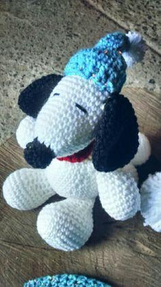 Snoopy confeccionado em crochê  Tamanho - em media 18 cm  Cor branco e azul ( gorrinho) a cor pode ser modificada, informe na compra