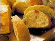 Receita de Pão de bacon - 1 tabelete (200g) de manteiga, 4 colheres (chá) de sal, 1 e 1/2 xícara (chá) de leite, 2 tabletes (30g) de fermento biológico, 4 colheres (sopa) de açúcar, 1 ovo, 6 xícaras (chá) de farinha de trigo peneirada, 200g de bacon picado em pedaços médios, 2 gemas