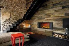 parement intérieur en pierre et bois de grange, escalier tournant et cheminée encastrée