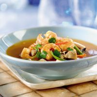 Spicy Thai Shrimp Soup - Easy to make and with ingredients you have at home. This was delicious -- spicy, but not too spicy. Just perfect. Primal Recipes, Thai Recipes, Veggie Recipes, Diet Recipes, Thai Shrimp Soup, Boiled Dinner, Spicy Thai, Fish Dinner, Soups And Stews