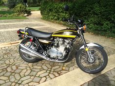 Kawasaki Z1 - 1974 - Right Side View, Tank and Side Panels, Mufflers and Headers.