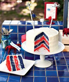 Patriotic Layered Cake Tutorial of July Desserts} How yummy does this patriotic cake look? Using these colors this cake is perfect for Independence Day… Fourth Of July Cakes, 4th Of July Desserts, Fourth Of July Food, 4th Of July Party, July 4th, Patriotic Party, Holiday Treats, Holiday Recipes, 4. Juli Party