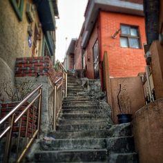 sarafa / #20131220 #iphone5s #seoul #itaewon #stairs #alley #서울 #이태원 #회나무로 #주택가 #계단 #골목 #ソウル #snapseed / 서울 용산 이태원 / #골목길 #비탈 / 2013 12 27 /