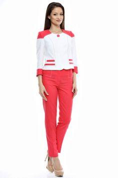 Tinuta sacou bicolor si pantalon conic cu tighele contrast.