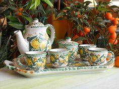 Servizio da caffe'  in ceramica composto da : quattro tazzine, una zuccheriera, una caffettiera, su un vassoio rettangolare con manici ; realizzato e dipinto a mano , con materiali e colori atossici. Lavabile in lavastoviglie. Decoro tipicamente siciliano, con  limoni . Pezzo unico .