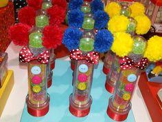 Tubetes palhacinhos. Carnival Themed Party, Carnival Birthday Parties, Circus Birthday, Circus Party, Birthday Diy, Birthday Party Decorations, Party Favors, Carnival Decorations, Carnival Themes