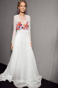 Vestido de la colección de primavera-verano 2014 de Alberta Ferreti de gasa con encaje, manga larga y flores bordadas en la parte superior.