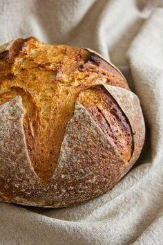"""Als Bernd sein Bierbrot veröffentlichte (Grundlage war ein Rezept von Francise-Olive adaptiert aus dem Buch """"Tartine Bread"""" von Chad Robertson), arbeitete ich auch gerade an einem eigenen Bierbrotrezept (kommt in einigen Wochen in den Blog). Sein Brot sah aber so verführerisch aus, dass ich es mit kleinen Veränderungen nachgebacken habe. Das Resultat ist erstaunlich. Es ist Weiterlesen..."""