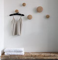 :: 5 oak hooks :: danish designed & made :: natural finish :: 1 large, 1 medium, 3 small :: L ø170mm :: M ø130mm :: S ø90mm